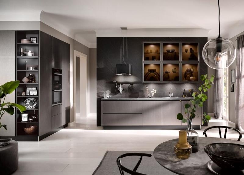 Küche mit Glasschränken